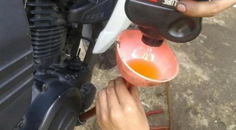 Takaran oli pada mesin sepeda motor telah ditentukan oleh pabrikan.