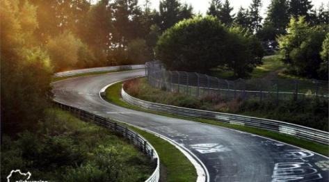 Produsen mobil memanfaatkan sirkuit terpanjang untuk menguji kemampuan produknya.